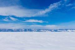 Paisaje del invierno Hermosa vista de las montañas coronadas de nieve en el lago Baikal foto de archivo libre de regalías