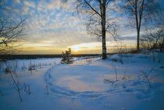 Paisaje del invierno, huellas de la puesta del sol en la nieve Imagenes de archivo