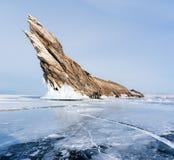 Paisaje del invierno, lago congelado agrietado con la isla hermosa de la montaña en el lago Baikal congelado en Siberia, Rusia imagen de archivo libre de regalías