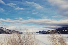 Paisaje del invierno - lago y montañas Fotos de archivo libres de regalías