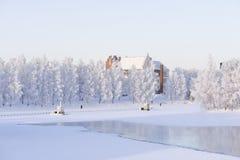 Paisaje del invierno a lo largo del riverbank imagenes de archivo