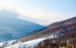 Paisaje del invierno, los tops de las montañas cárpatas bajo cov Foto de archivo libre de regalías