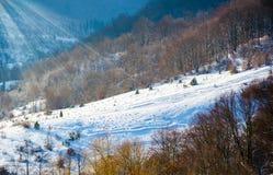 Paisaje del invierno, los tops de las montañas cárpatas bajo cov Fotografía de archivo libre de regalías
