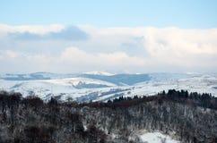 Paisaje del invierno, los tops de las montañas cárpatas bajo cov Foto de archivo