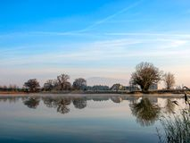 Paisaje del invierno, mañana de niebla sobre el lago congelado con el espacio de la copia foto de archivo libre de regalías