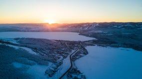 Paisaje del invierno, montañas de Ural nevosas en día nublado, Rusia imagen de archivo