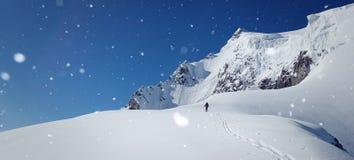 Paisaje del invierno Nevado con altos moutains y un caminante fotografía de archivo libre de regalías