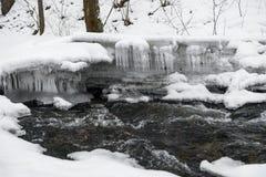 Paisaje del invierno Nevado con el río en Forest Flowing Water And Icicle fotografía de archivo libre de regalías
