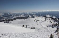 Paisaje del invierno Nevado con los árboles y la cabaña Imágenes de archivo libres de regalías