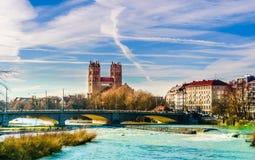 Paisaje del invierno por la iglesia e Isar del St Maximiliano en Munich Fotografía de archivo libre de regalías