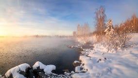 Paisaje del invierno por la mañana en el río, Rusia, Ural Fotos de archivo