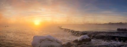 Paisaje del invierno por la mañana en el río, Rusia, Ural Imagen de archivo libre de regalías