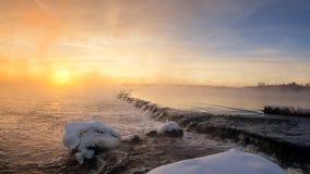 Paisaje del invierno por la mañana en el río, Rusia, Ural Foto de archivo libre de regalías