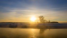 Paisaje del invierno por la mañana en el río, Rusia, Ural Foto de archivo