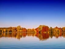 Paisaje del lago autumn fotos de archivo