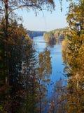 Paisaje del lago autumn con colores de la caída en parque de naturaleza en Finlandia imagenes de archivo
