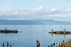 Paisaje del lago Baikal con los pescadores en día de verano Imagen de archivo libre de regalías