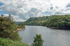 Paisaje del lago de los bosques y de la montaña del verano en el valle del brío de País de Gales Foto de archivo