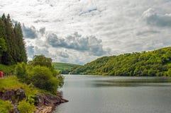 Paisaje del lago de los bosques y de la montaña del verano en el valle del brío de País de Gales Foto de archivo libre de regalías