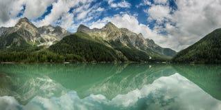 Paisaje del lago en las montañas Fotografía de archivo