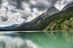 Paisaje del lago en las montañas Imagenes de archivo