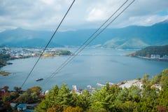 Paisaje del lago Kawaguchiko en la estación del otoño Visión desde el teleférico en Japón imagenes de archivo