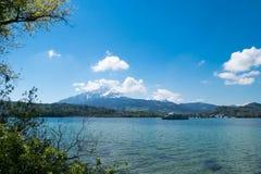 Paisaje del lago lausanne debajo del cielo azul Fotos de archivo