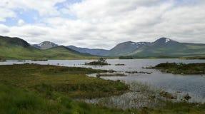 Paisaje del lago mountain a lo largo del A82 en Escocia Imagen de archivo libre de regalías