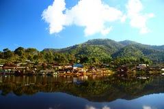 Paisaje del lago thailand, prohibición Rak tailandés Imagen de archivo