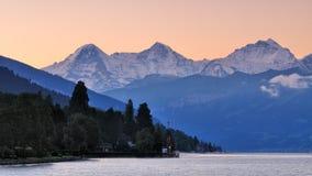 Paisaje del lago Thun por la mañana imágenes de archivo libres de regalías
