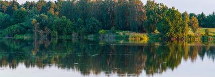 Paisaje del lago del verano de la tarde Imagenes de archivo