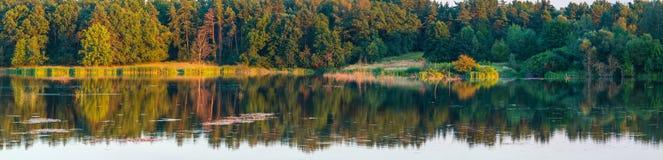 Paisaje del lago del verano de la tarde Imagen de archivo libre de regalías