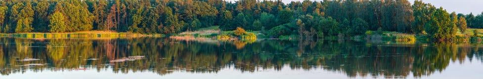 Paisaje del lago del verano de la tarde Fotografía de archivo libre de regalías