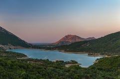 Paisaje del lago y de la montaña Imagen de archivo libre de regalías
