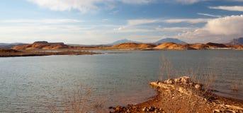 Paisaje del lago y de las colinas desert Imagen de archivo