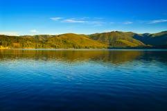 Paisaje del lago y de las montañas Fotos de archivo libres de regalías