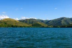 Paisaje del lago y de las montañas Imagen de archivo