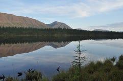 Paisaje del lago y de las reflexiones de las montañas Imagen de archivo libre de regalías