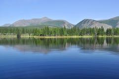 Paisaje del lago y de las reflexiones de las montañas Imagen de archivo