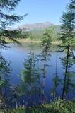 Paisaje del lago y de las reflexiones de las montañas Foto de archivo libre de regalías