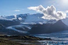 Paisaje del macizo de Oraefajokull, visto de la frontera del lago del glaciar de Fjallsarlon que hace frente al sol en Islandia m imágenes de archivo libres de regalías