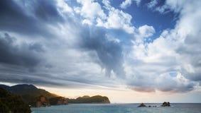 Paisaje del mar adriático con el cielo nublado Foto de archivo