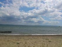 Paisaje del mar con el cielo nublado Fotos de archivo