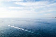 Paisaje del mar con estela de la pequeña motora rápida imagen de archivo libre de regalías