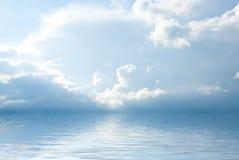 Paisaje del mar con las nubes hermosas fotos de archivo