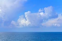 Paisaje del mar con las ondas y el cielo con las nubes en verano Fotos de archivo libres de regalías