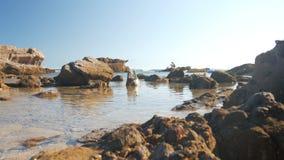 Paisaje del mar con las rocas en un día de verano brillante - 4k metrajes