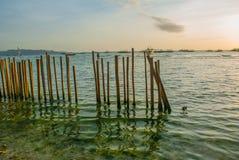 Paisaje del mar con una cerca en el agua con las montañas en el fondo Boracay, Filipinas imagen de archivo
