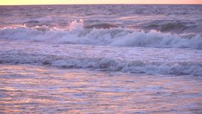Paisaje del mar de las ondas de la puesta del sol metrajes
