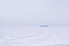 Paisaje del mar del invierno con nieve e hielo Imagen de archivo libre de regalías